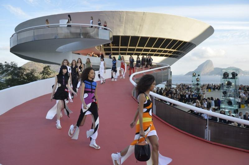 Show diễn Cruise 2017 của Louis Vuitton với sàn catwalk cực kỳ độc đáo tại  Bảo tàng Nghệ thuật Đương đại Niterói ở thành phố Rio de Janeiro, Brazil.