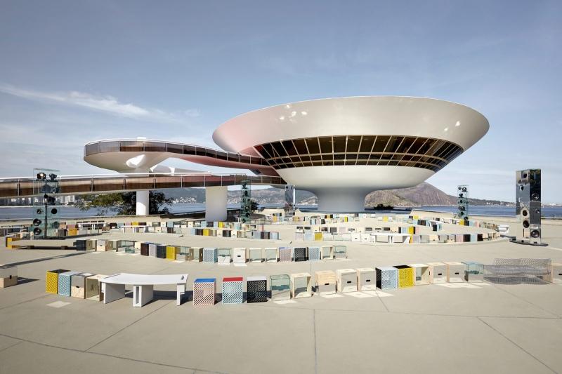 Không gian kiến trúc đặc sắc của Bảo tàng Nghệ thuật Đương đại Niterói đã trở thành phông nền hoàn hảo cho BST Cruise 2017 của Louis Vuitton.