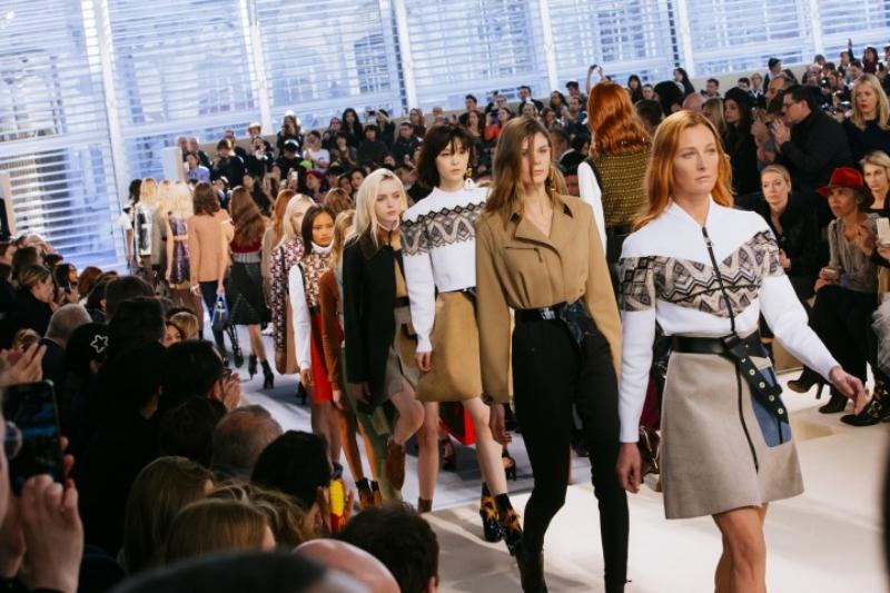 BST Thu Đông 2013 của Louis Vuitton đánh dấu sự ra đời của hình ảnh người phụ nữ Louis Vuitton mới dưới tầm nhìn của NTK Nicolas Ghesquière, tiếp quản công việc từ NTK Marc Jacobs.