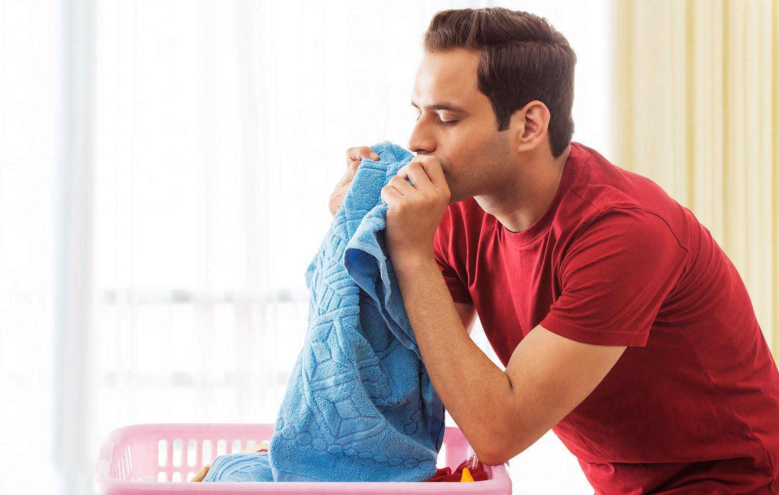 Nghiên cứu mới cho biết chúng ta có thể xả stress bằng… quần áo chưa giặt của người yêu
