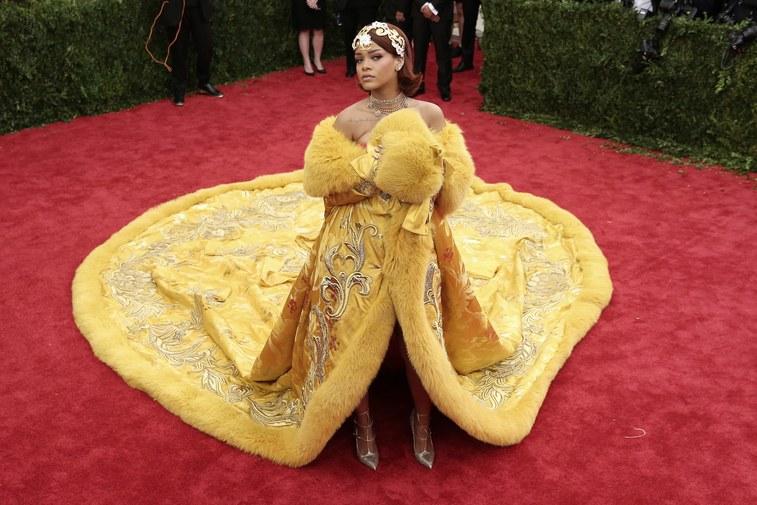 Không hổ danh một trong những tín đồ thời trang đẳng cấp nhất, Rihanna gây náo loạn thảm đỏ MET Gala 2015 khi xuất hiện vào phút chót với chiếc hoàng bào lộng lẫy từ nhà thiết kế Guo Pei.