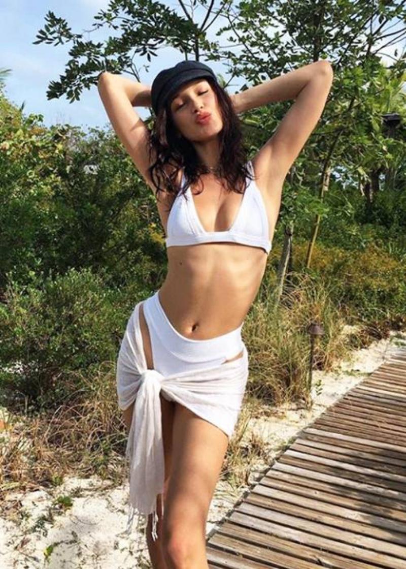 Bella Hadid với chiếc sarong trắng quyến rũ.