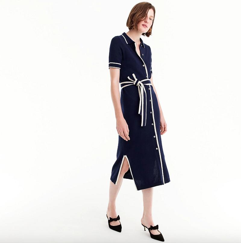 Kiểu dáng cổ điển, mẫu váy màu xanh navy của J.Crew còn có ưu điểm là chất liệu thoáng mát, thấm mồ hôi với chất liệu dệt kim mỏng thoáng, đường viền trắng và nơ thắt cũng khiến thiết kế này thú vị hơn.