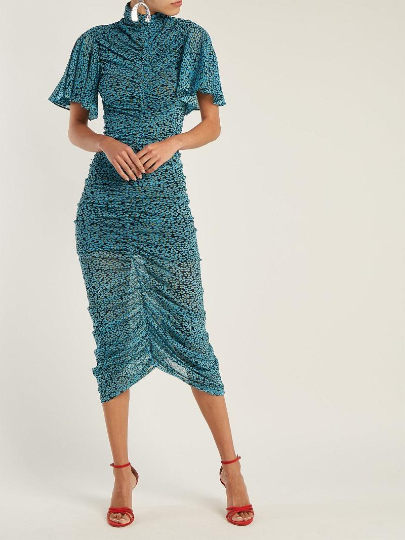 NTK Diane Von Furstenberg mang tới một đầm cao cổ xanh dương in hoa đen.