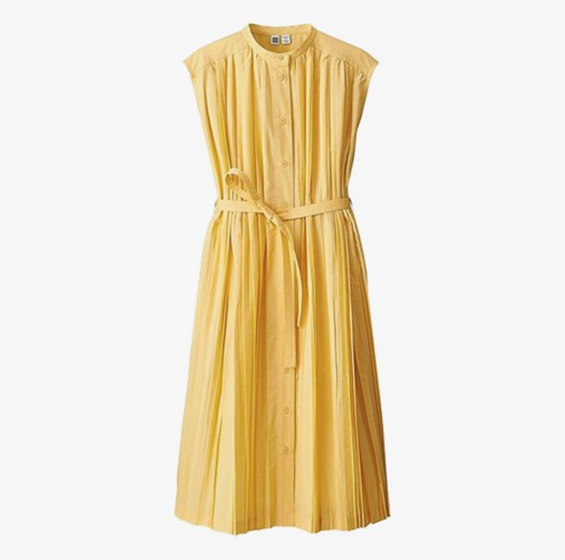 Đầm sát nách có thể gặp một chút vấn đề với nàng văn phòng nhưng hoàn toàn có thể giải quyết bằng một chiếc áo khoác. Tông màu vàng nhẹ nhàng và thiết kế nhã nhặn giúp chiếc váy này ghi điểm.
