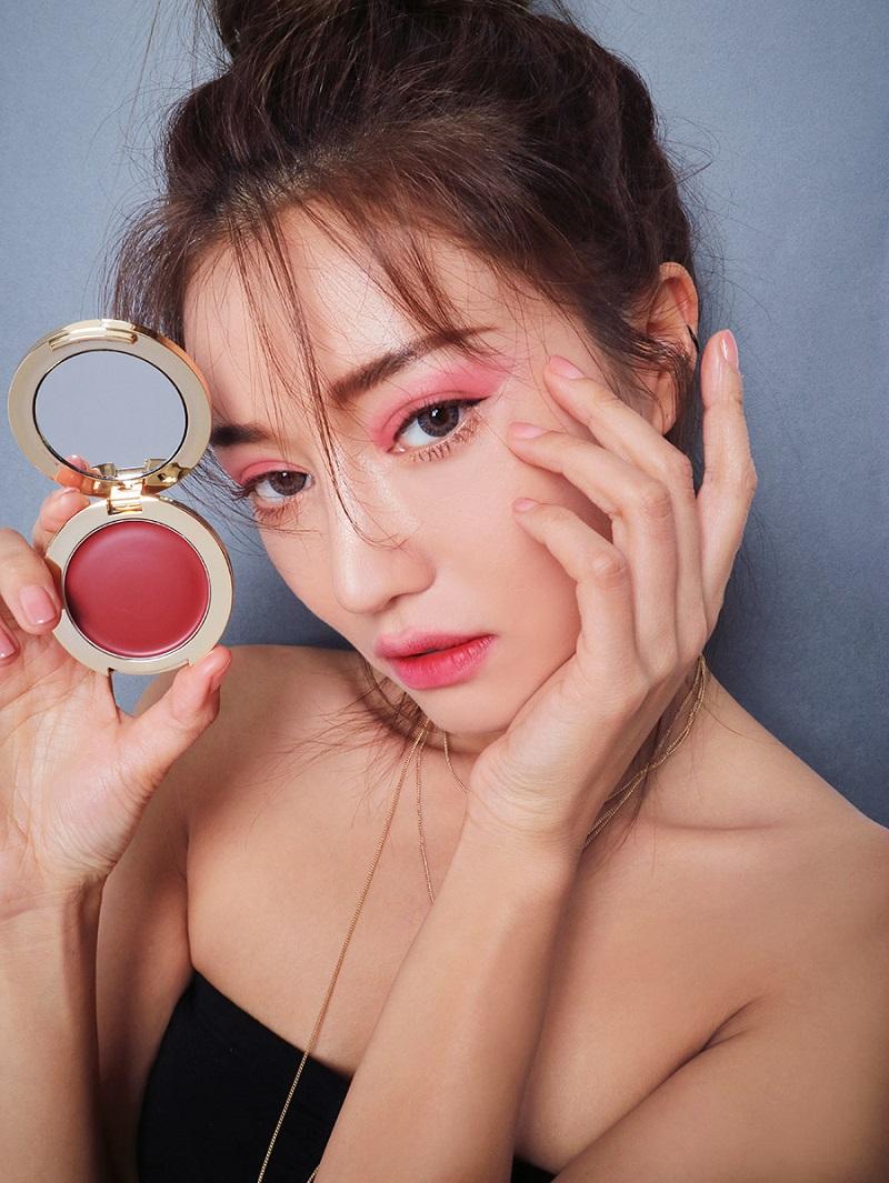 Primula là một tông hồng tím thời thượng, sắc màu này làm cho khuôn mặt bạn trở nên mạnh mẽ và cuốn rũ hơn bao giờ hết.