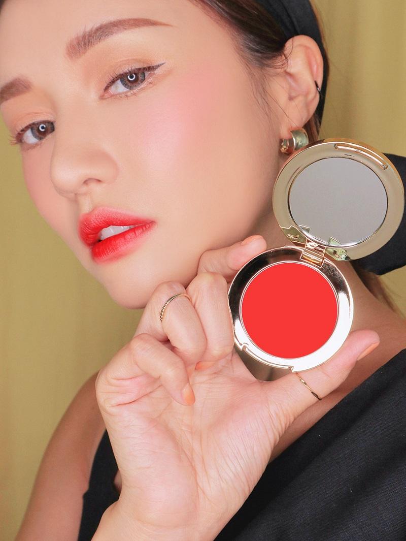 Scarled Red là màu đỏ hồng nhẹ nhàng, nữ tính, rất dễ ứng dụng trong makeup hàng ngày.