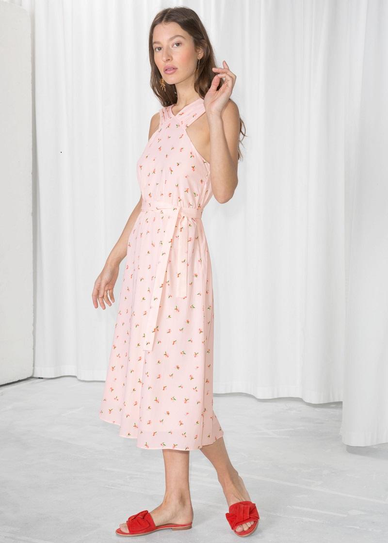 Tiếp tục là một chiếc váy hoa với hai vạt chéo duyên dáng trước ngực cho những cô nàng nữ tính của And Other Stories.