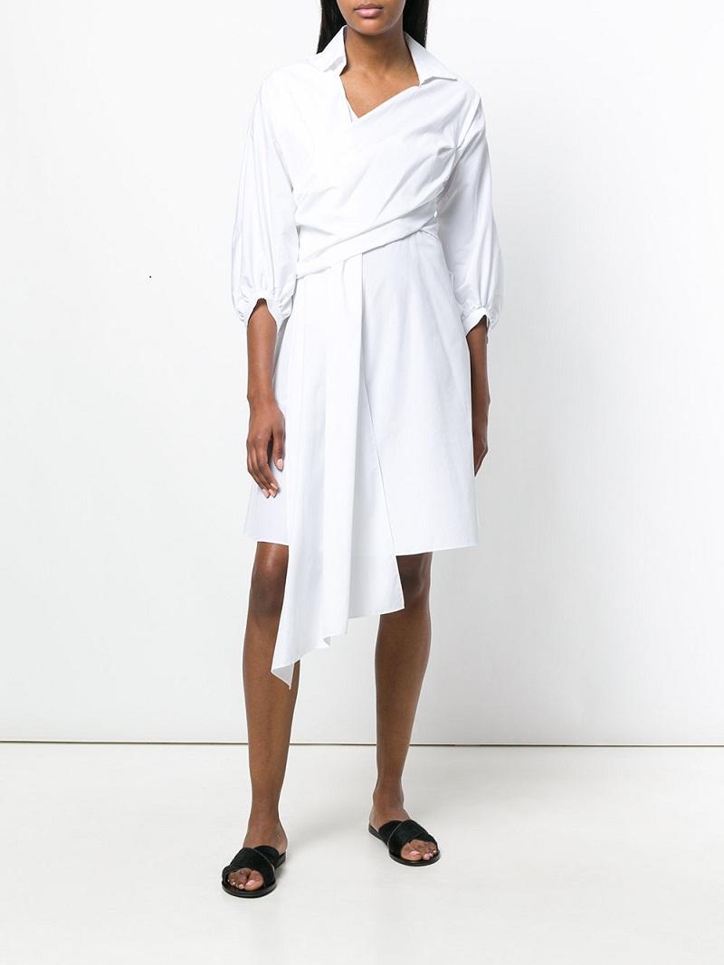Chalayan mang đến một chiếc váy midi phá cách màu trắng tinh khôi với với vạt buông hờ phía trước.