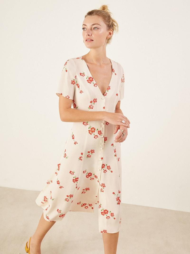 Váy hoa kiểu dáng cổ điển với hàng khuy dọc được rất nhiều thương hiệu lăng xê trong mùa mốt này.