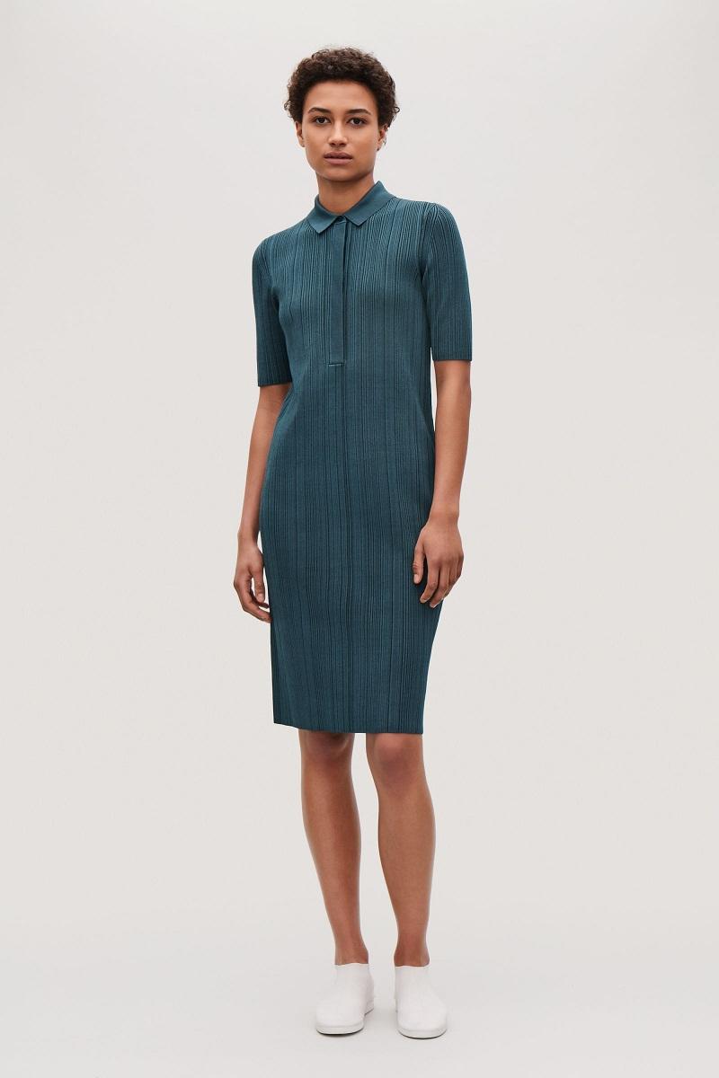 Chiếc váy polo của COS lại phù hợp với một đôi oxfords màu trung tính và tất màu sắc tươi sáng.