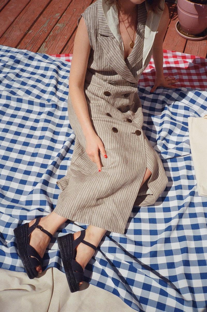 Cuối cùng là chiếc váy trên tông màu ghi nền nã cùng hàng khuy đôi trước ngực. Chỉ cần thay sang một đôi sandal đế xuồng là bạn sẵn sàng cho chuyến picnic cuối tuần rồi.