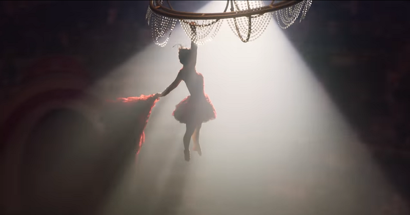 Hình ảnh của nhân vật Colette Marchant(nữ diễn viên xinh đẹp Eva Green thủ vai) đang nhào lộn đầy quyến rũ giữa những sợi dây.