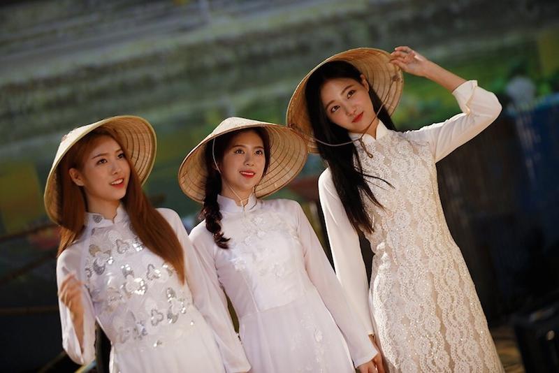 MV comeback gây tranh cãi, Momoland vẫn được lòng fan Việt vì mặc áo dài quá đẹp