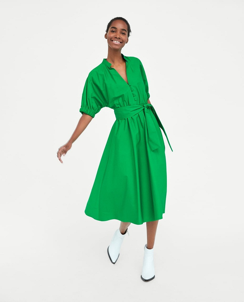 Chiếc váy midi của Zaza lại là gợi ý cho những cô nàng yêu màu xanh. Tay áo rộng và điểm nhấn tôn vòng eo sẽ khiến bạn nổi bật bao giờ hết.