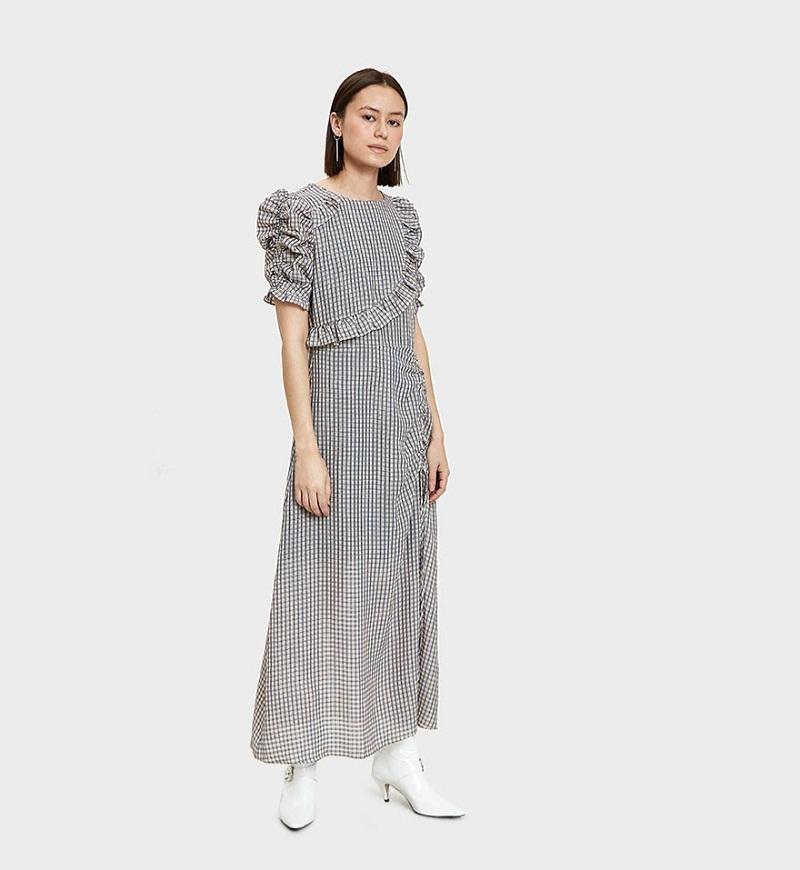 Nhã nhặn nhưng vẫn phá cách là điều mà những đường bèo nhúm mang lại cho chiếc váy kẻ xanh hải quân – trắng của Farrow.