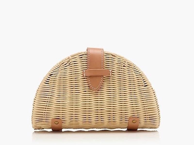 Thiết kế túi hình bán nguyệt của J.Crew sẽ giúp bạn bắt kịp trend phụ kiện bằng chất liệu cói mùa hè 2018.