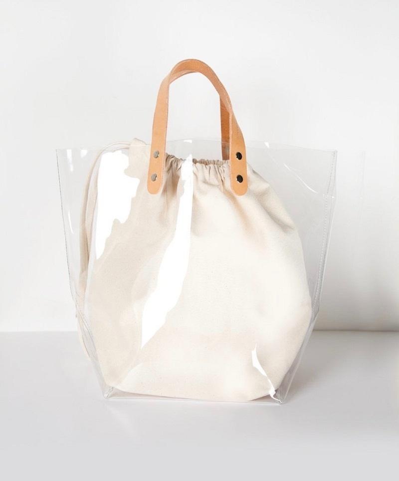 Túi bằng chất liệu vinyl trong suốt không thấm nước với túi vải bên trong cũng là xu hướng nổi bật trong mùa hè 2018.