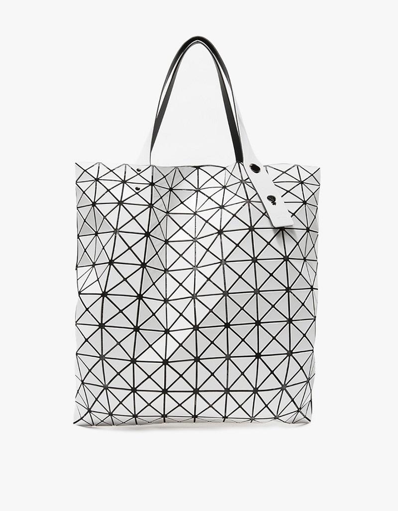Túi Bao Bao của Issey Miyake với những miếng ghép làm từ chất liệu nhựa là một lựa chọn không bao giờ lỗi mốt.