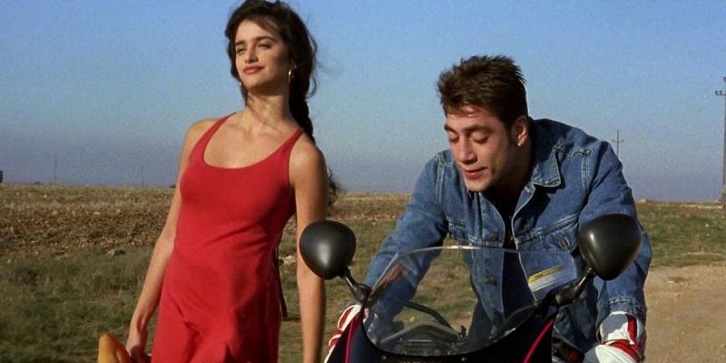 """Hình tượng cô gái trẻ Silvia ngây thơ nhưng gợi cảm và căng tràn sức sống trong Jamón Jamón bất ngờ đưa Penelope Cruz trở thành """"biểu tượng sex"""" mới của Tây Ban Nha. Đây cũng là bộ phim giúp cô và Javier Bardem bén duyên với nhau."""