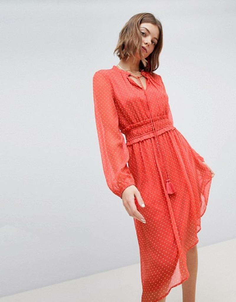 Chiếc váy bất cân xứng của Vero Moda mang màu sắc tươi sáng cùng chất liệu nhẹ nhàng, cần thiết cho những ngày nắng nóng. Chỉ cần thay một đôi dép bệt bạn có thể tung tăng hưởng gió đồng nội trong một kỳ nghỉ cuối tuần rồi.