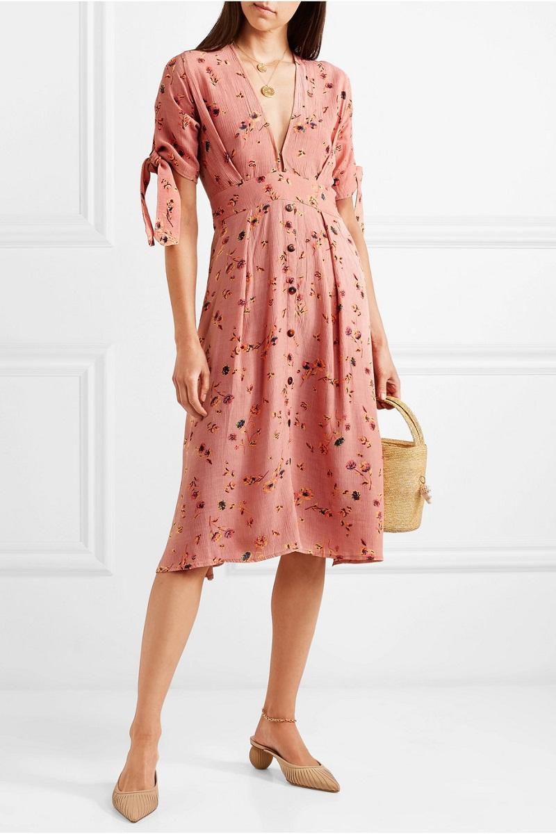 Chiếc đầm midi in hoa nền nã của Faithfull sẽ giúp bạn bắt kịp xu hướng năm nay.