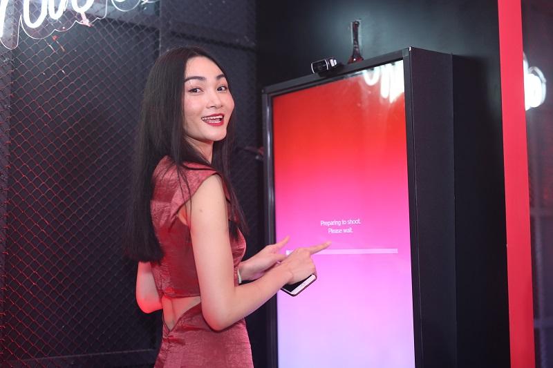 Khách mời hào hứng tham gia nhảy cùng Digital Photo App của Shiseido.