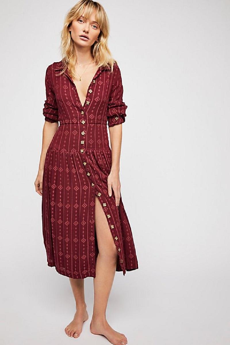 """Chiếc váy midi lấy cảm hứng từ phong cách boho của Free People với hàng khuy cài trước là một gợi ý thú vị. Cài đủ khuy tại công sở và đến giờ về có thể """"thả lỏng"""" vài chiếc khuy."""