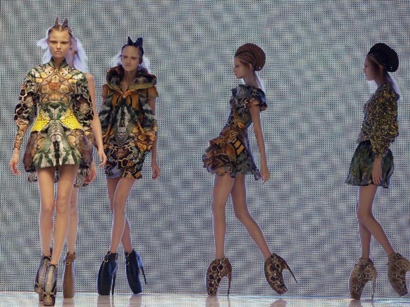 BST Plato's Alantis Xuân - Hè 2010 của ông tạo tiếng vang với những mẫu giày cao gót độc đáo.
