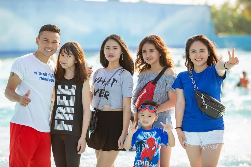 (Từ trái sang) Anh Tú, các con Lam Phương, Linh Nhi, Ngân Hà, Susu và vợ Lam Trang