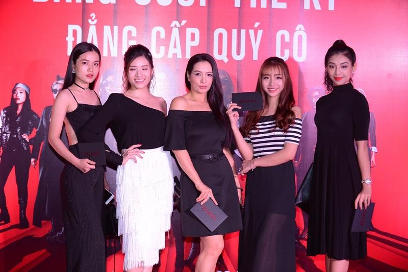 Người mẫu Thúy Hằng (giữa)