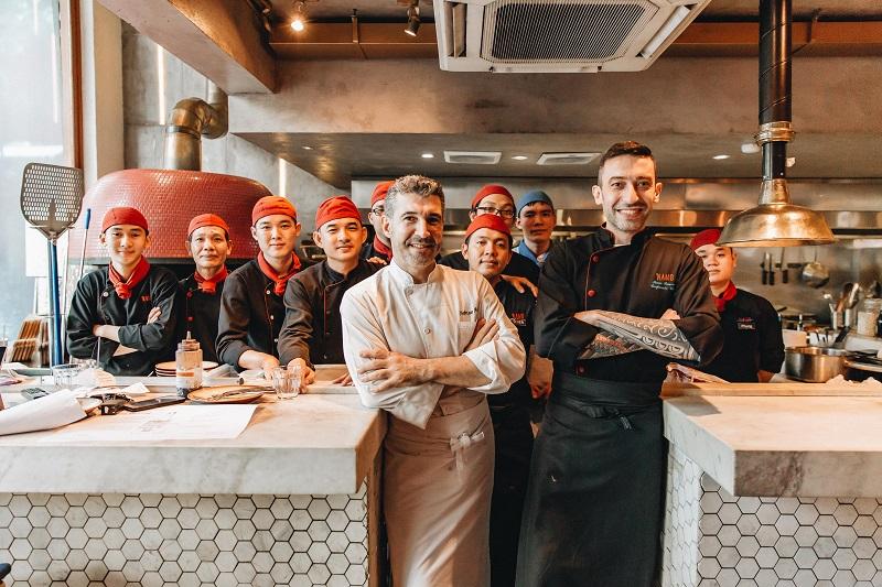 Đầu bếp Fabrizio Aceti (áo trắng) cùng các nhân viên nhà hàng 'NAMO Italian.