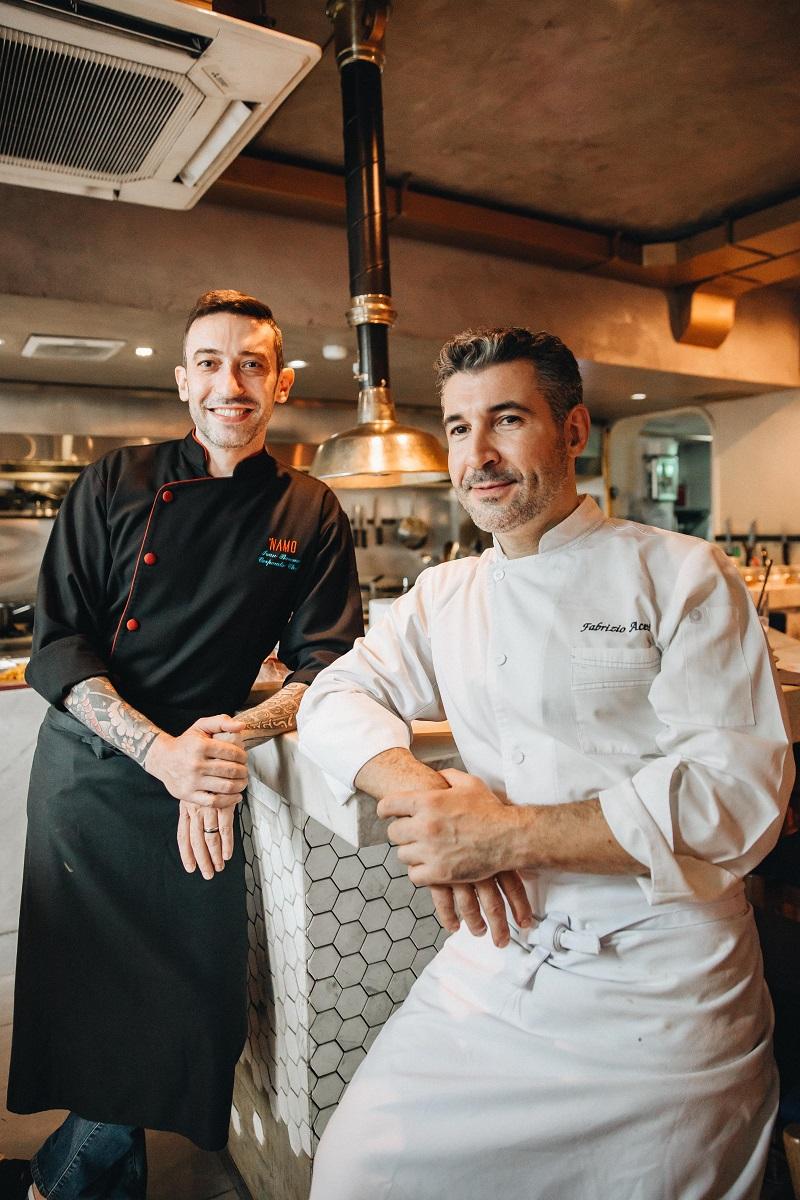 Đầu bếp Fabrizio Aceti (áo trắng) và bếp trưởng Ivan Barone (áo đen)