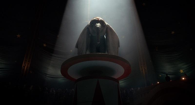 Cảnh chú voi Dumbo đứng giữa sân khấu rạp xiếc.