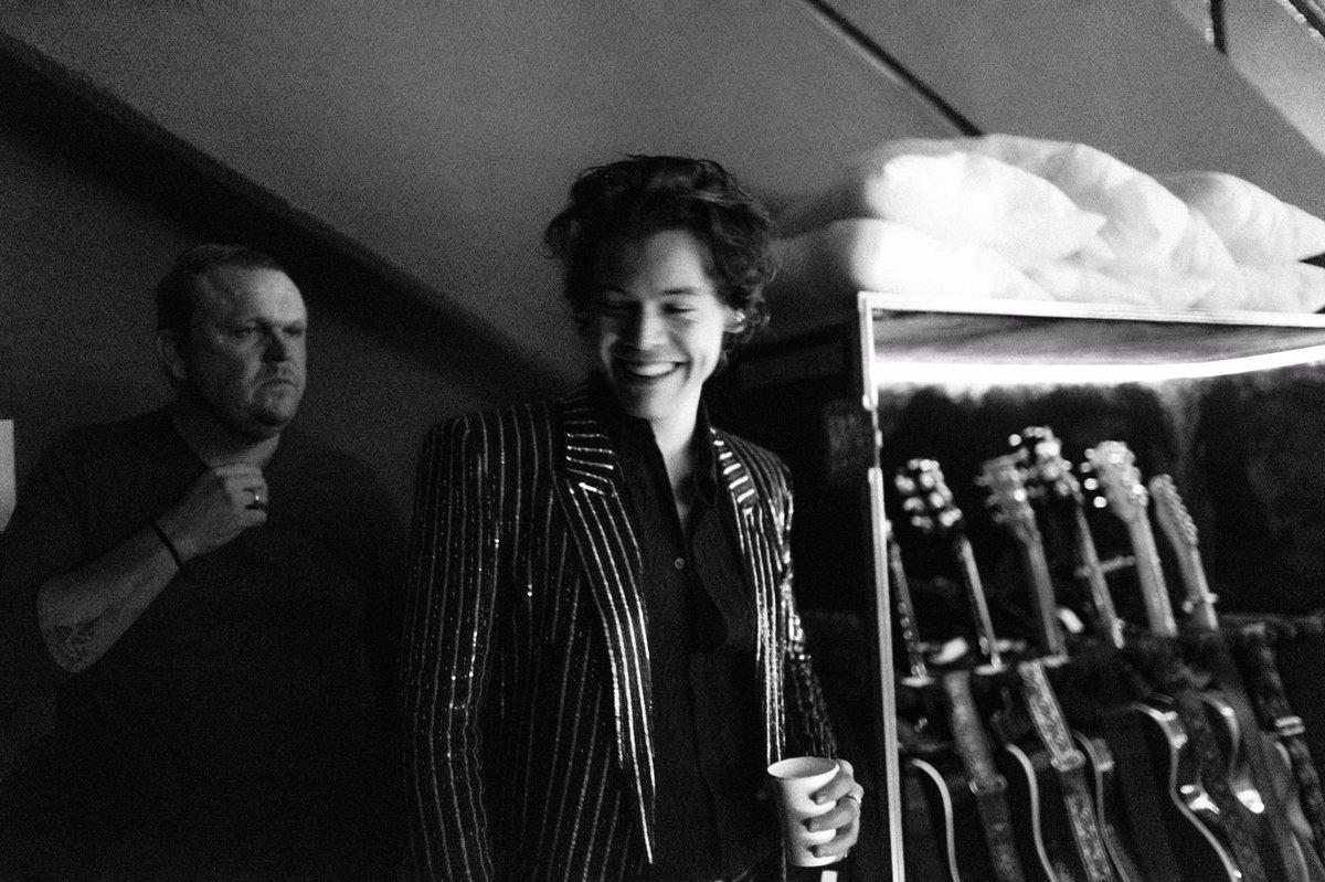 Harry Styles mặc suit kẻ sọc của Saint Laurent.