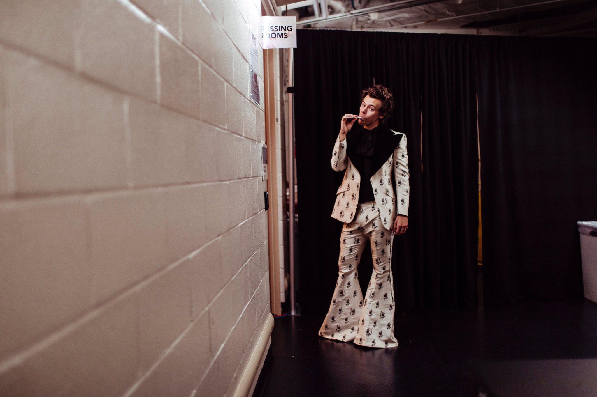 """Một bộ trang phục rất """"khó"""" với quần ống loe rộng, thế mà Harry Styles vẫn """"chinh phục"""" ngon lành."""