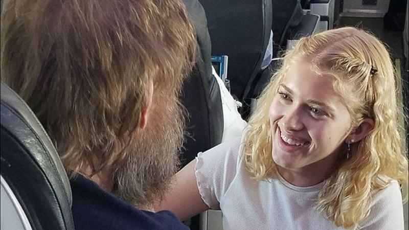 Hành động này của Clara Daly trên chuyến bay đã khiến cư dân mạng phải sụt sùi