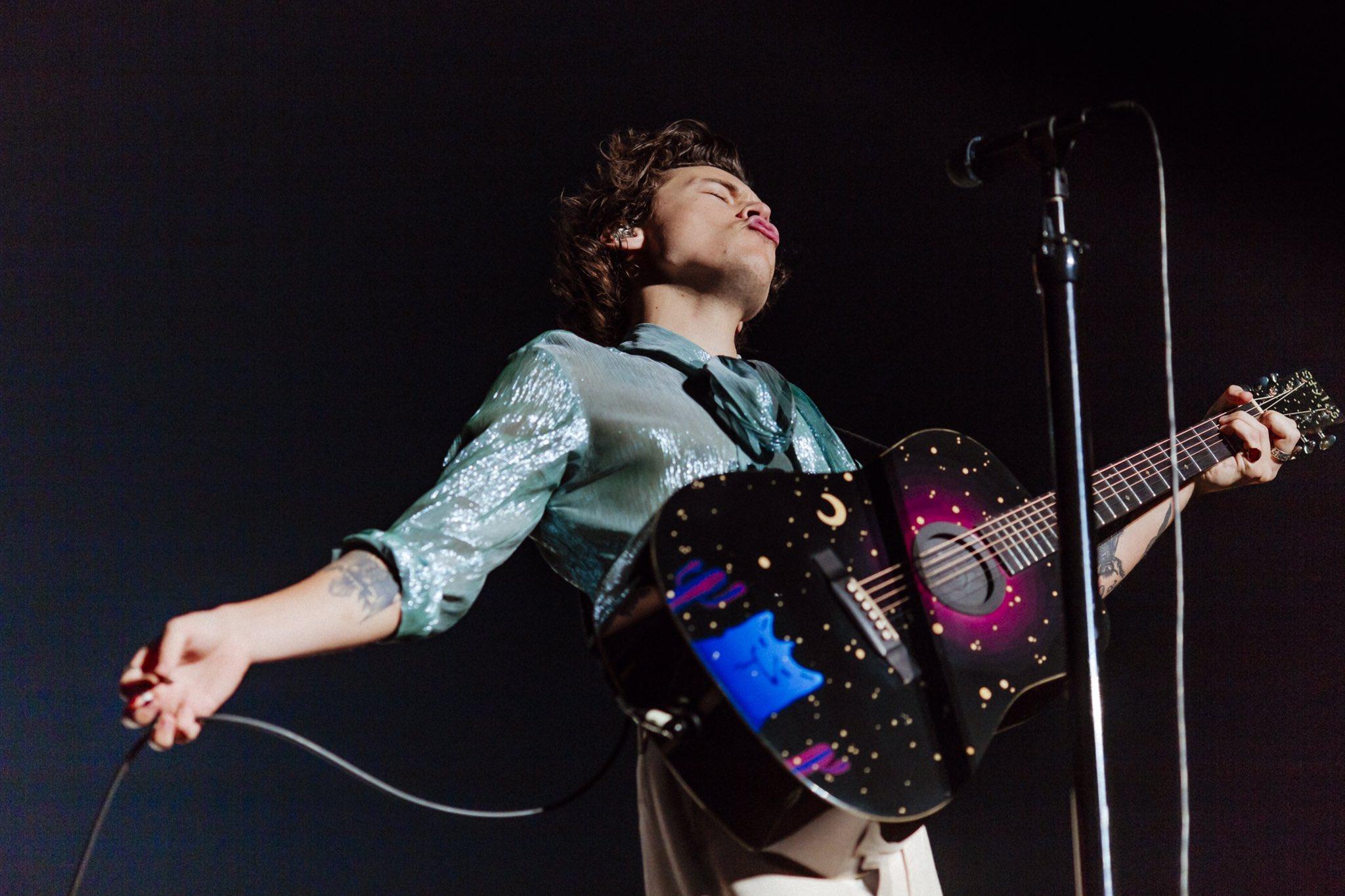 Những bộ trang phục ấn tượng đã góp phần tạo nên những khoảnh khắc thăng hoa trên sân khấu của Harry Styles.
