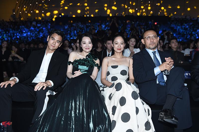 Thay vì ngồi ở hàng thứ 2, Bành Vu Yến có vẻ đã thay thế bảng tên của mình với Lý Băng Băng và sau đó chủ động đổi vị trí ngồi với nữ diễn viên Hứa Tình.