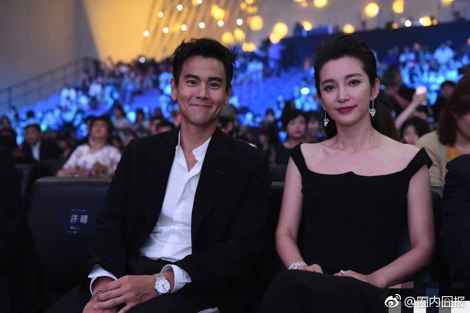 Lý Băng Băng chụp ảnh củng Bành Vu Yến sau khi Đêm Hội Điện Ảnh Weibo kết thúc