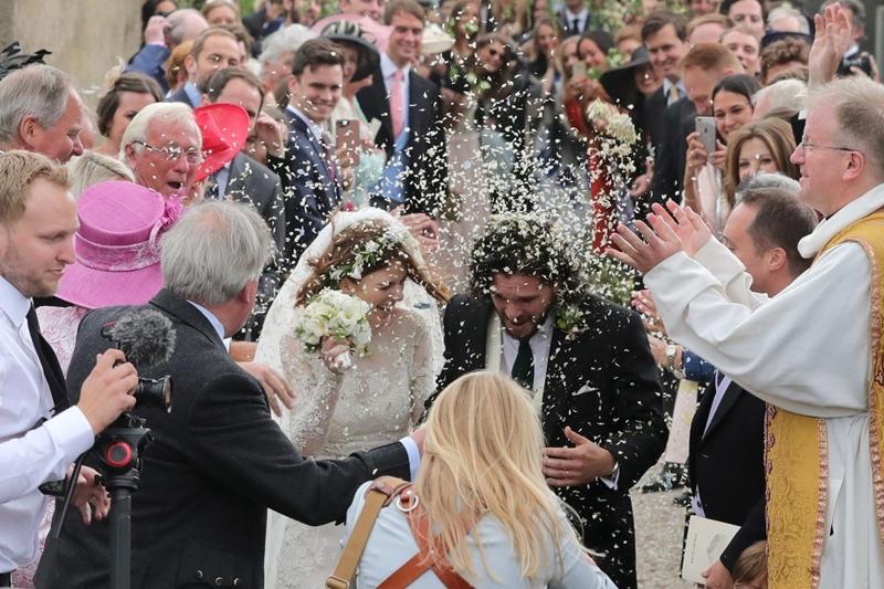 """""""Sau đám cưới đỏ, đám cưới tím, thì giờ rốt cuộc cũng có đám cưới trắng rồi"""" – nhiều người hâm mộ khác còn đùa rằng đám cưới giữa Kit và Rose là đám cưới đầu tiên của """"Game of Thrones"""" không tràn ngập chết chóc."""