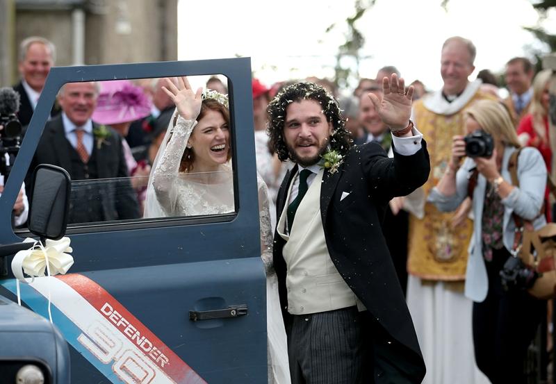 Rose Leslie (trái) và Kit Harington rạng rỡ trong lễ cưới cách đây vài ngày
