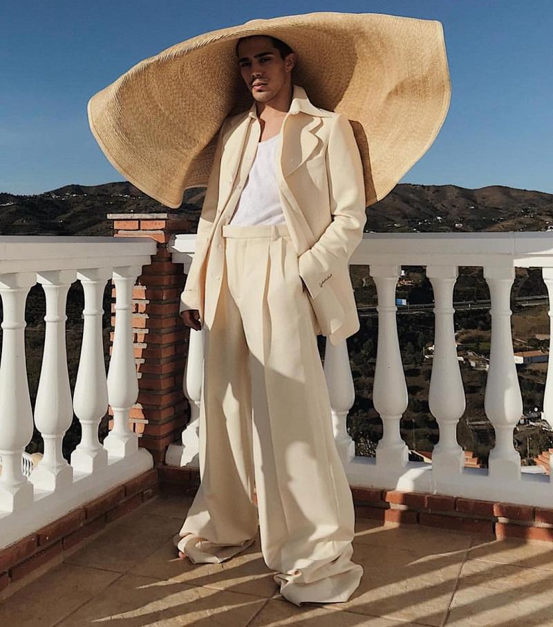 Thậm chí, một set đồ đậm chất high fashion vẫn sẽ vô cùng hoàn hảo với chiếc mũ mùa hè khủng này.