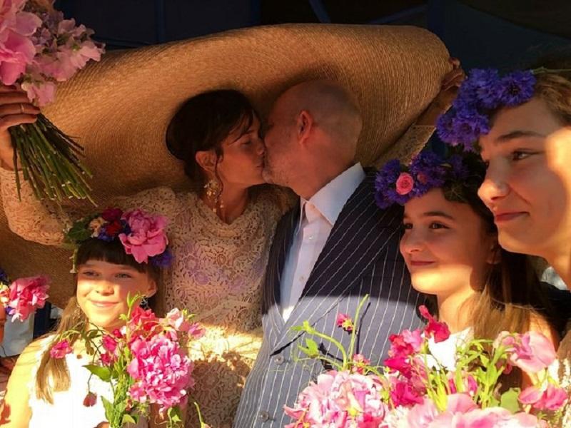 Mới đây nhất, cô dâu chiếm sóng mọi diễn đàn chính là nữ diễn viên Đan Mạch Emma Leth. Lựa chọn chiếc mũ rộng vành phối cùng thiết kế ren xuyên thấu đậm hơi thở mùa hè cho ngày trọng đại, Emma Leth chia sẻ cô muốn giữ những giây phút riêng cho riêng mình.