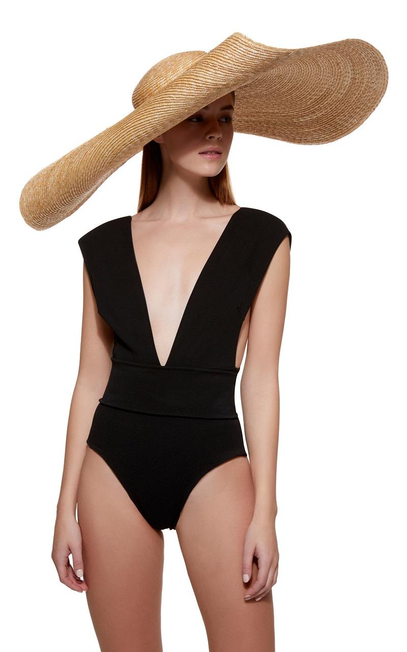 Không chỉ áo bơi 2 mảnh sexy, chiếc mũ vành cực rộng này khiến bộ đồ bơi liền thân đơn giản đặc biệt hơn bao giờ hết.