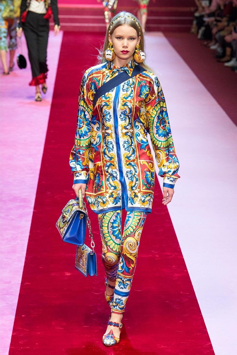 Tiếp tục là nguồn cảm hứng tới từ vùng đất Sicilia với những họa tiết vẽ tay đặc sắc mang đậm dấu ấn văn hóa được Dolce & Gabbana thể hiện trên chất liệu lụa mềm mại.