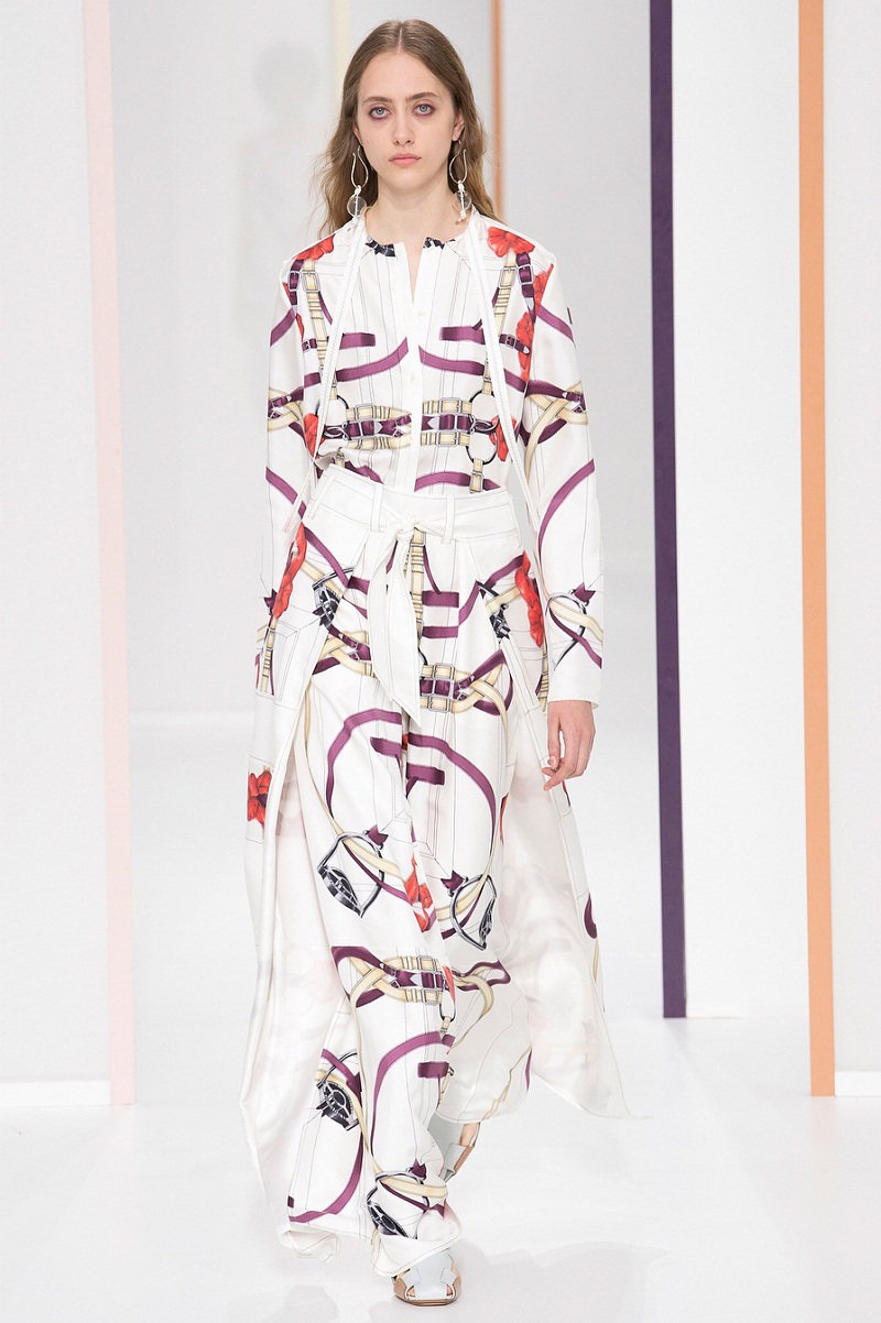 Thiết kế đặc sắc làm gợi nhớ đến những chiếc khăn lụa mùa hè của Hermes.