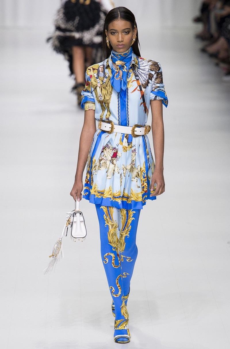 Versace tái hiện thời kỳ hoàng kim với tiết baroque trên chiếc khăn lụa của NTK Gianni Versace.