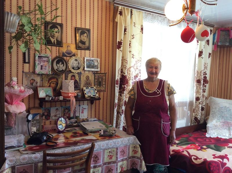 Valia trong phòng riêng. Bà rất trân trọng các kỷ vật và yêu thích trang hoàng nhà cửa.
