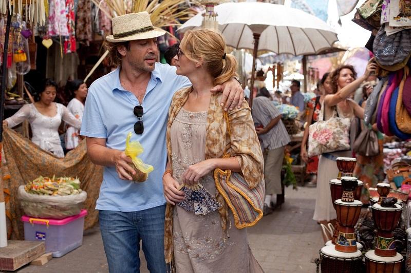"""Trong phim, Javier Bardem vào vai một anh chàng lãng tử ở đảo Bali tên Felipe. Trong một lần tình cờ, Felipe trở thành """"hướng dẫn viên bất đắc dĩ"""" cho Elizabeth và gây thu hút cô bằng nét hào hoa và sành điệu về văn hóa và ẩm thực."""